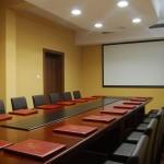 sala konferencyjna z ekranem i flipchartem