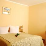 Łóżko dwuosobowe w Hotelu Trzy Światy Gliwice